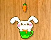 Кролик ест морковку
