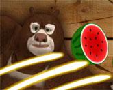 медведь режет фрукты