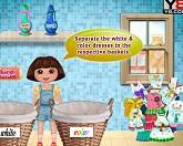 Даша стирает одежду