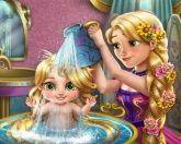 Рапунцель купает ребенка
